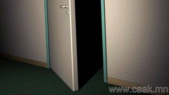 Хувцасны өрөөний онгорхой хаалганаас айх