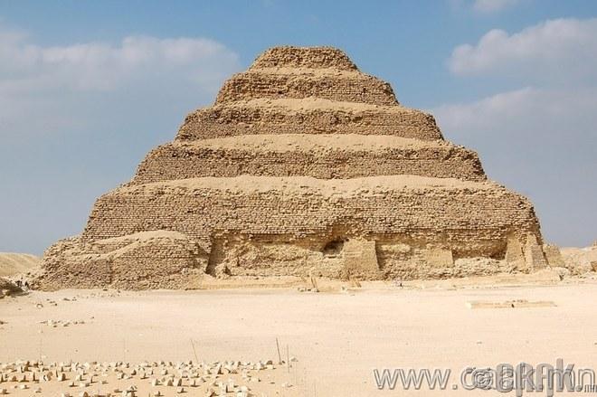 Жосерын шатат пирамид.
