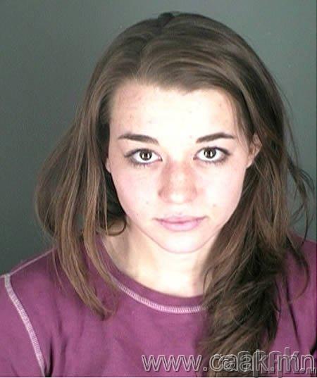 Chalie Simon: хуучин найз залуугийнхаа тємсгийг базсаныхаа тєлєє баричвлагдсан охин