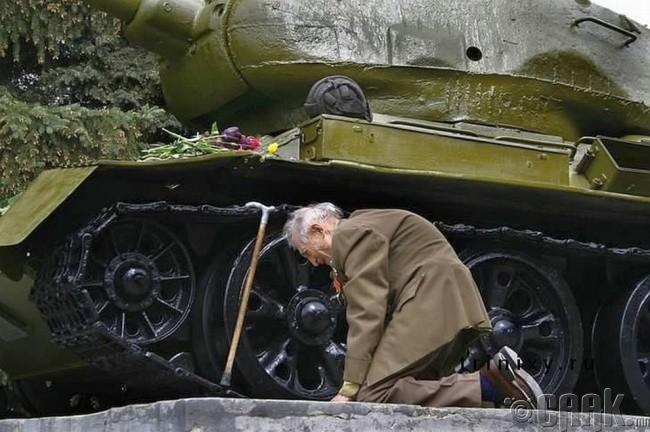 Аугаа эх орны дайны байлдагч байлдаж явсан танкан дээрээ эргэн иржээ.