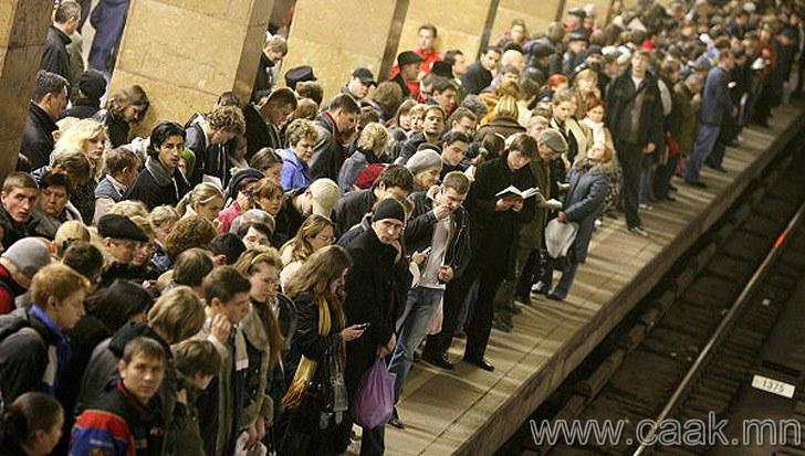 Метро хүлээх үед, метроны хонгил руу байн байн харах. Ингэснээр тэр хурдан ирэх юм шиг.