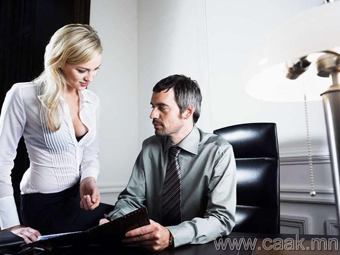 Эрчүүд 11 сарыг, эмэгтэй хүнийг ажиглахад зарцуулдаг