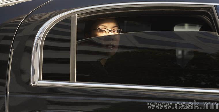 Машиныхаа цонхон дээр тень хийлгэж болно