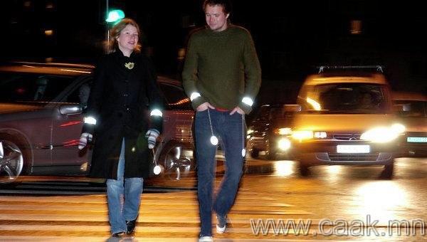 Төөрөгдөл 5: Харанхуй үед цайвар өнгийн хувцас өмсөх нь таныг тодотгож өгнө.