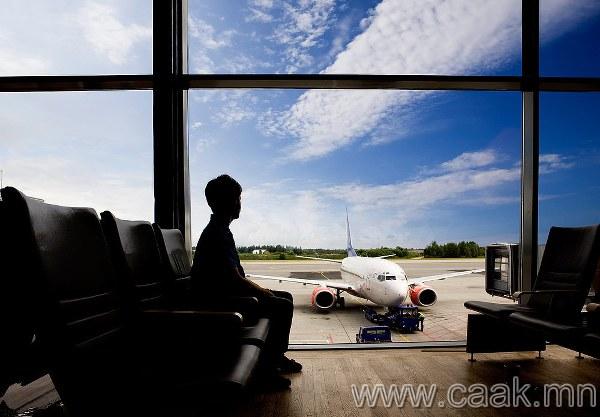 Twitter-т онгоцны ажилтны талаар жиргэсэн залуу