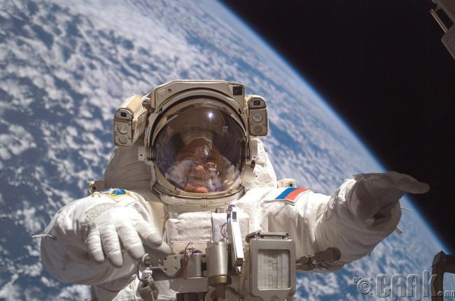 """""""Сансрын нисгэгчид яаж агаар дээр тогтоод байдаг юм бэ?"""""""