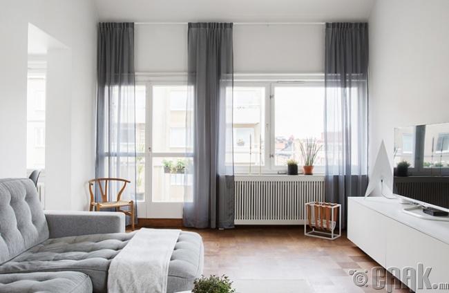 Нимгэн торон хөшиг цонхыг илүү цэлгэр том харагдуулдаг