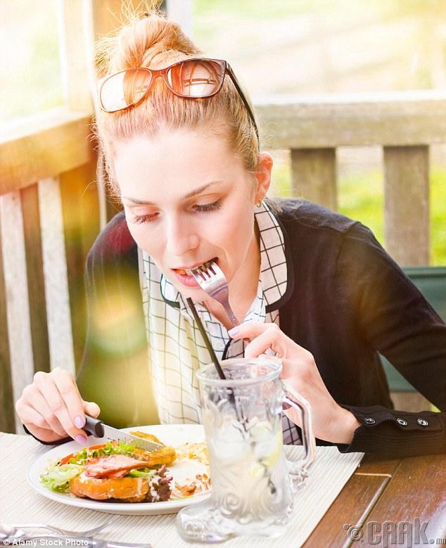 Хоолоо маш удаан, тайван зажилж идээрэй