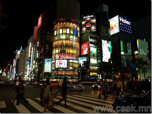 Японд уулзвар дээр зогссон машин гэрлээ унтраадаг.