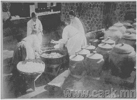 Хvнс хоол бэлдэж буй эмэгтэйчvvд