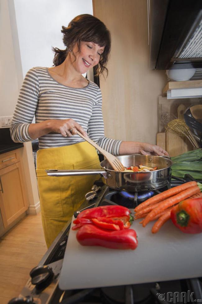 Хоол хийхдээ турах