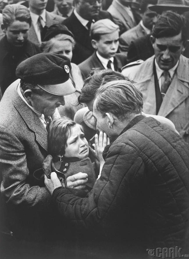 Дэлхийн II дайны үеэр хорих лагерт хоригдож байсан цэрэг эр охинтойгоо анх удаа уулзаж байна.