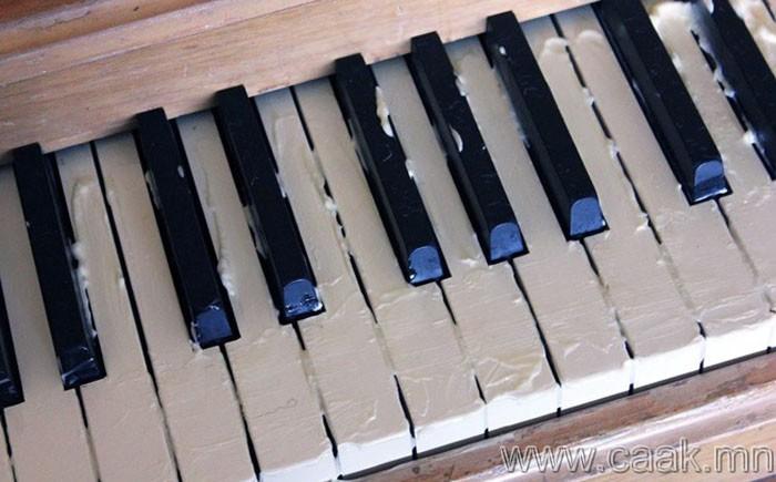 Майонез төгөлдөр хуурыг өнгөлнө.