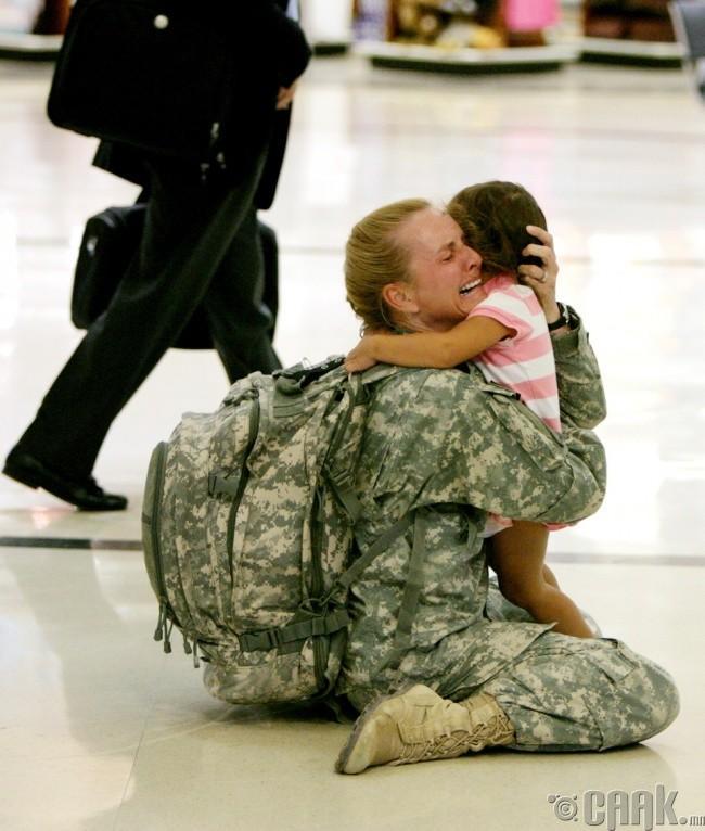 Иракд байлдаж яваад ирсэн ээж охин хоёрын уулзалт