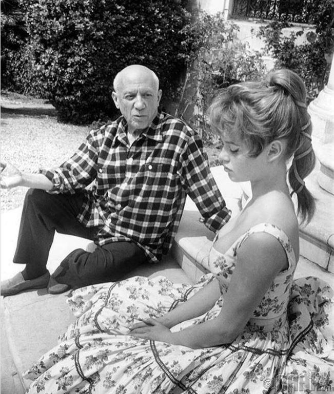 1956 оны Каннын кино фестивалийн үеэр Пабло Пикассогийн студийн гадаа