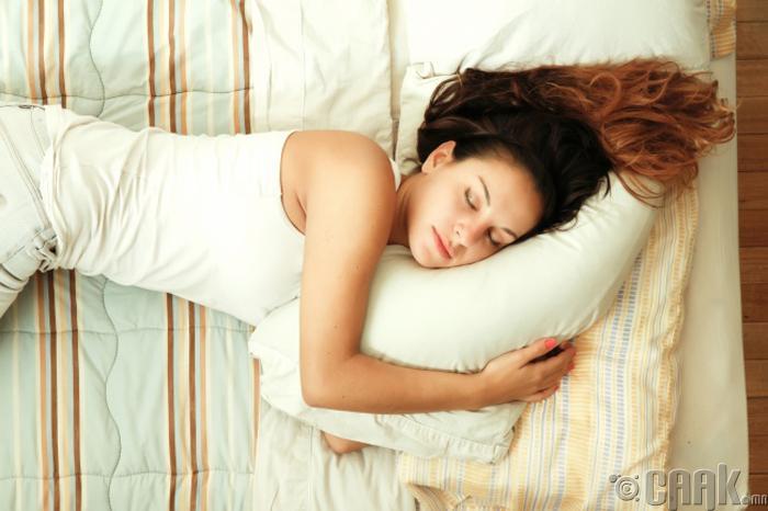 Нүүрээ дарж унтдаг