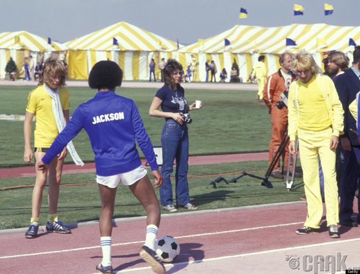 """Дуучин Род Стюарт (Rod Stewart) болон Майкл Жексон нар 1978 онд зохиогдсон анхдугаар """"Rock N Roll Sports Classic"""" тэмцээн дээр"""