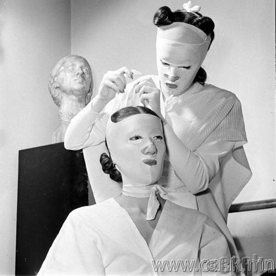 Хелена Рубинштейны салон дахь гоо сайхны үйлчилгээ. 1940-өөд он.