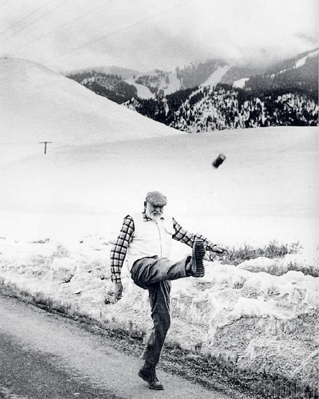 """""""Өвгөн тэнгис 2"""", """"Зэр зэвсэг минь баяртай"""" зэрэг сор бүтээлүүдийг туурвисан Америкийн алдарт зохиолч Эрнест Хэмингуэй, 1959 он"""