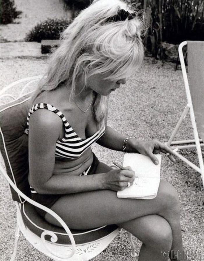 Жүжигчин, модель Брижит Бардот (Bridget Bardot)
