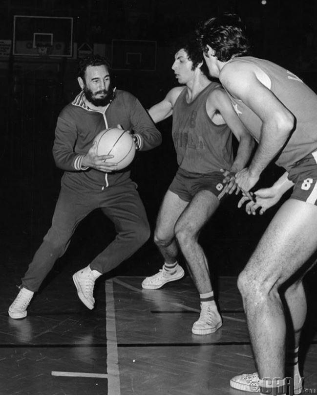 Фидель Кастро 1972 онд Польшид хийсэн албан ёсны айлчлалынхаа үеэр Краковын оюутнуудтай сагсан бөмбөг тоглож байна