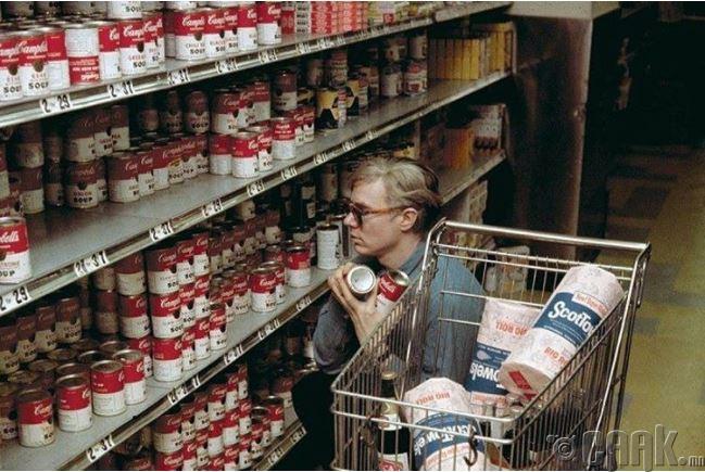 Энди Вархол дэлгүүрээс улаан лоолийн шөл худалдан авч байна, 1964 он