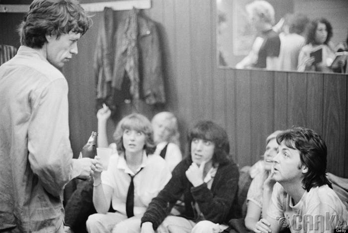 "Пол болон Линда Маккартни (Paul and Linda McCartney) Мик Жаггер (Mick Jagger) нар ""Rolling Stones""-ийн тоглолтын тайзны ард, 1978 он"