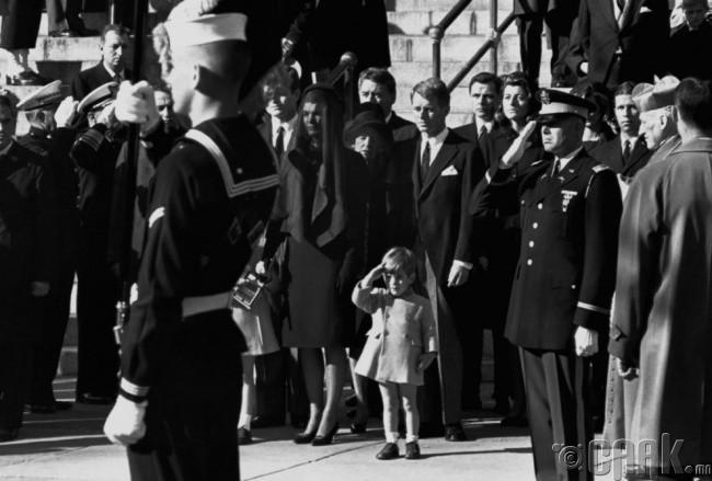 Америкийн 35 дахь ерөнхийлөгч Жон Кеннидигийн оршуулгын үеэр түүний хүү бага Кенниди