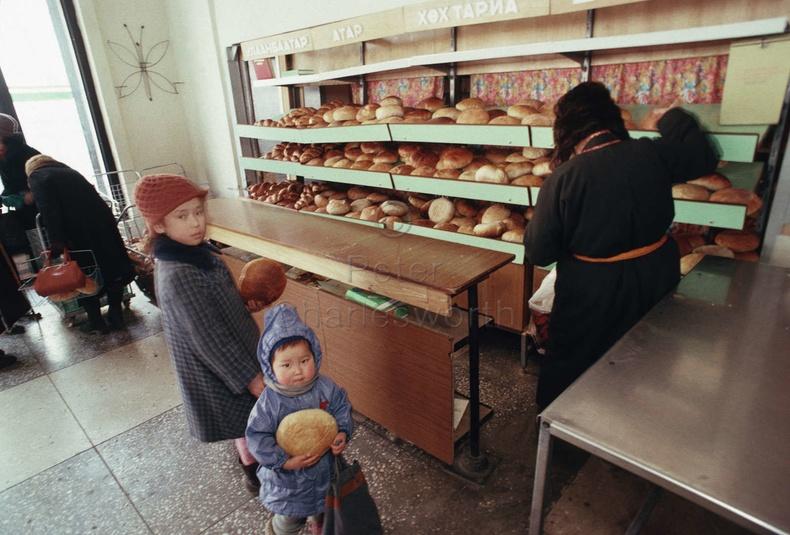 Талх худалдаж авч буй нь, 90-ээд он (Петер Чарьлзворт)