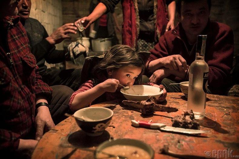 Оройн хоолоо идэж буй казах охин, 2016 он, Баян-Өлгий аймаг (Тимоти Аллен)