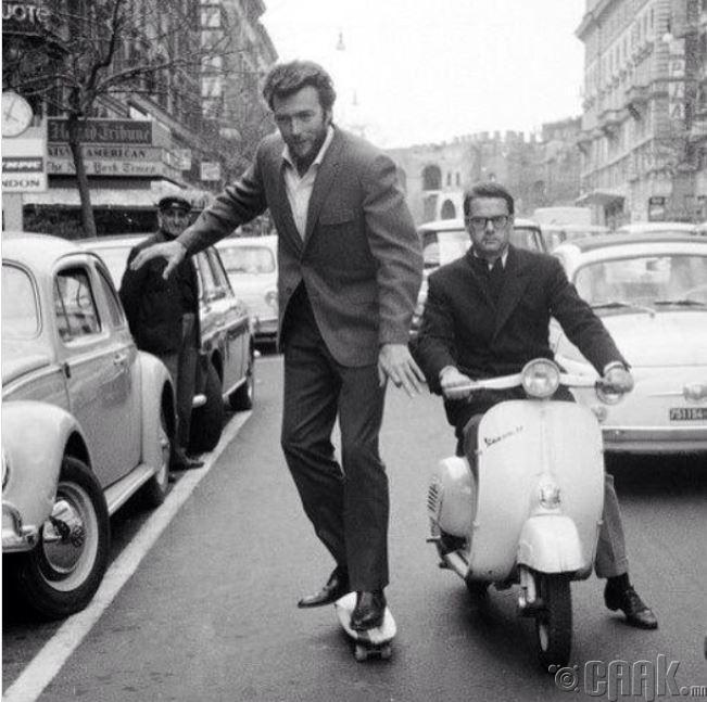 1964 онд Ром улсад Клинт Итствуд скэйтбоардоор зугаацаж байгаа нь