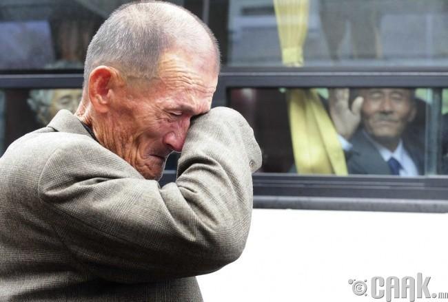 Хоёр Солонгосын хуваагдлын үеэр салсан ах дүүс уулзаад салж байгаа нь