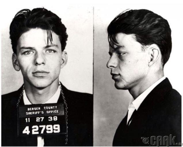 1938 онд 23 настай Фрэнк Синатра зодоон хийж, цагдаад баригдсаны дараа