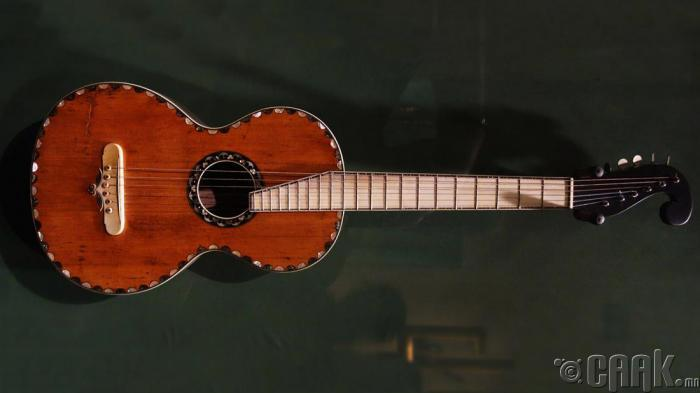 Санамсаргүйгээр 150 жилийн настай гитарыг устгасан нь