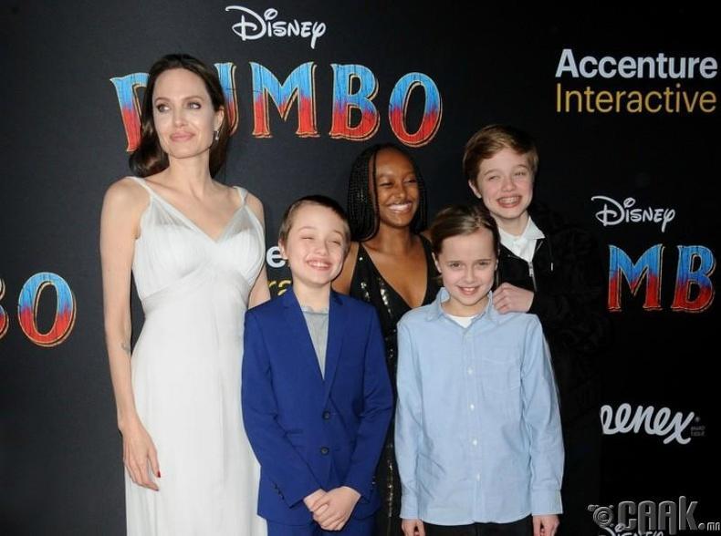 Анжелина Жоли өргөмөл охин Захар болон хүүхдүүдийнхээ хамтаар