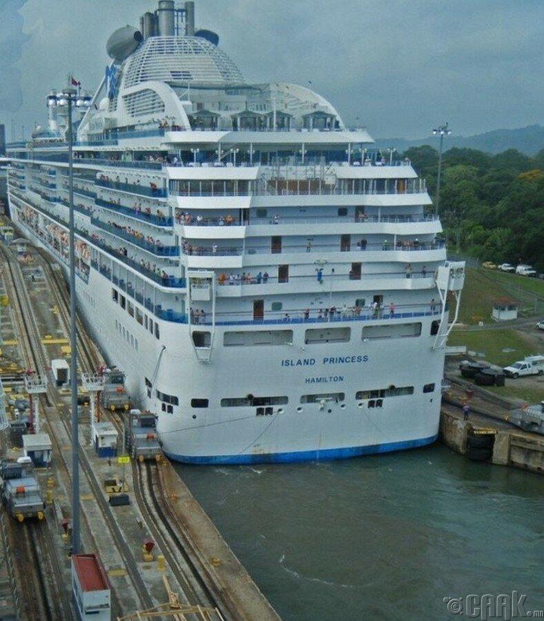 Аварга том аяллын усан онгоц Панамын сувгаар нэвтэрч байна