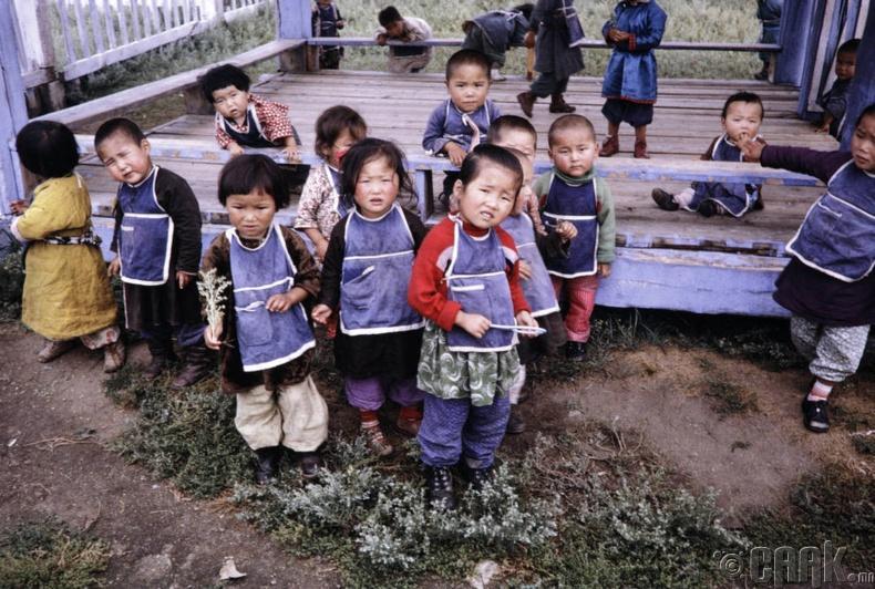Цэцэрлэгийн хүүхдүүд, 1964 он, Өвөрхангай аймаг (Харрисон Форман)