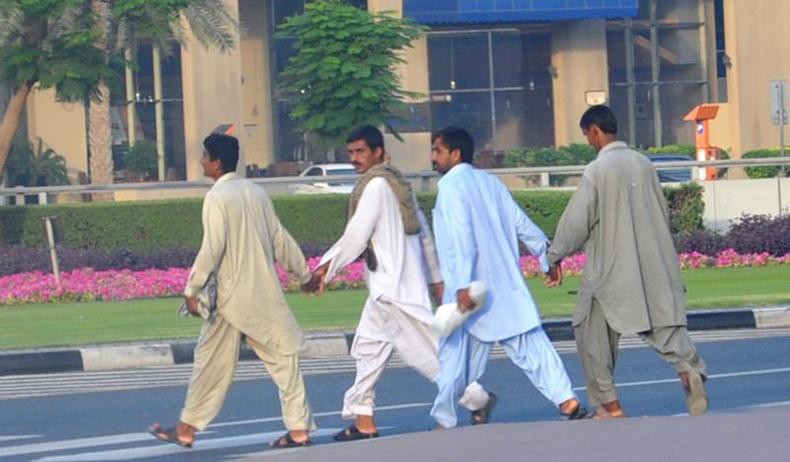 Эрчүүд хөтлөлцөж алхах