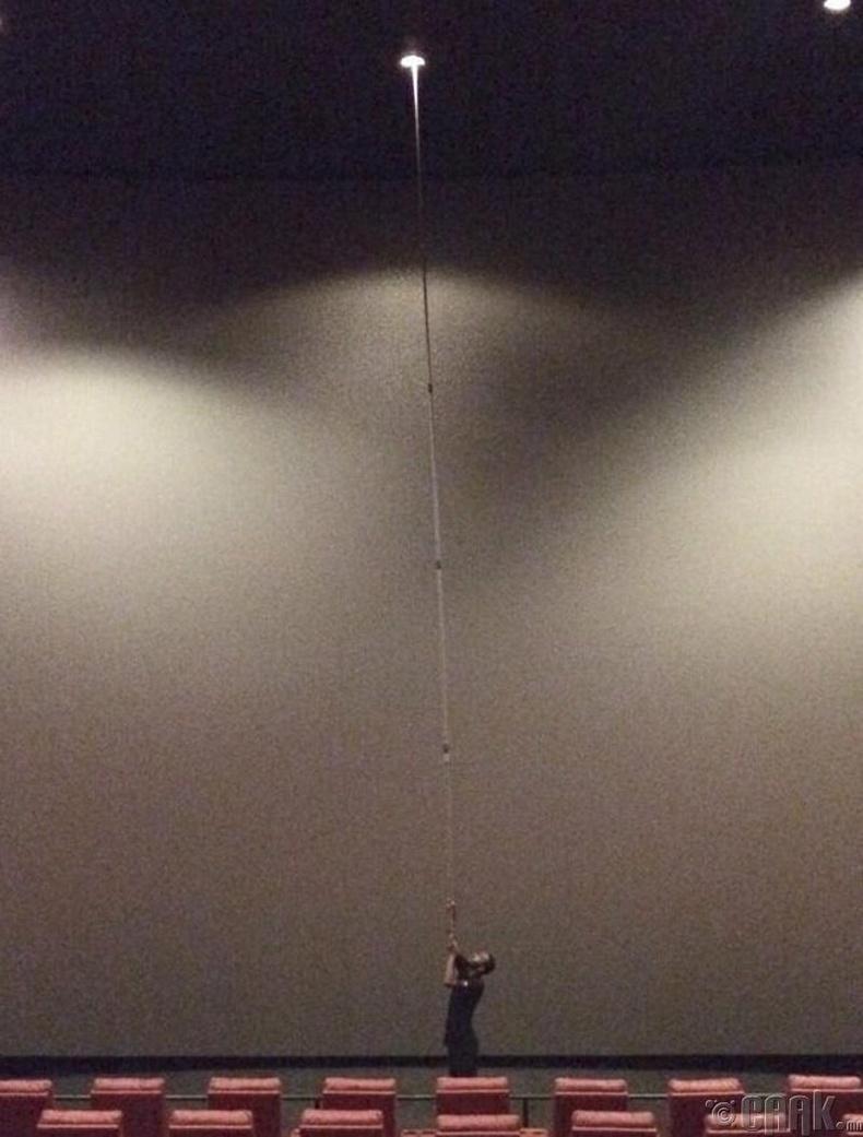 Концертын танхим дахь гэрлийн лампыг сольж байна