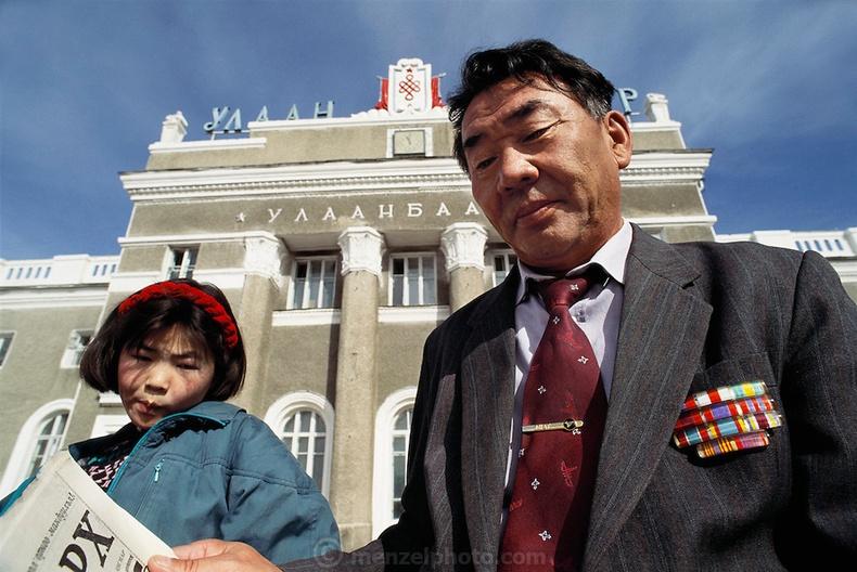 Вокзалын өмнө сууцгаах өвөө, ач охин хоёр (1994)