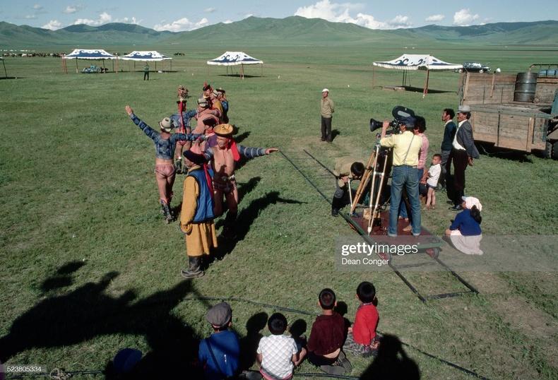 """""""Гарьд Магнай"""" киноны зураг авалтын үеэр, 1983 он (National Geographic сэтгүүлд)"""