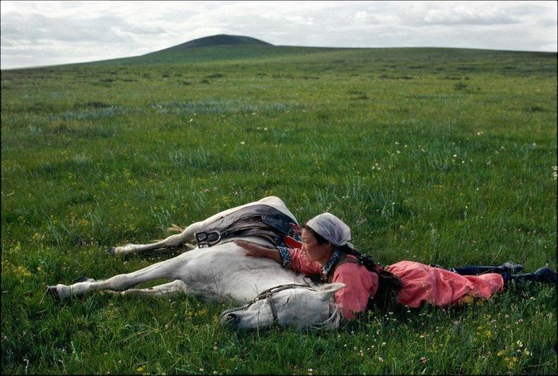 Байлдааны сургуулилалт хийж буй Өвөр Монгол бүсгүй, 1979