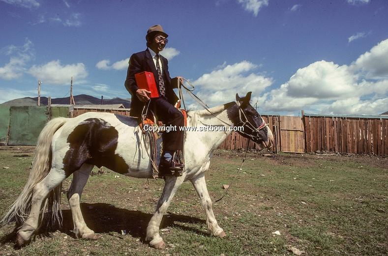 Явуулын хайрцгаар санал авч буй эр. Монголчууд анхны ардчилсан сонгуулиа 1990 онд өгсөн юм.