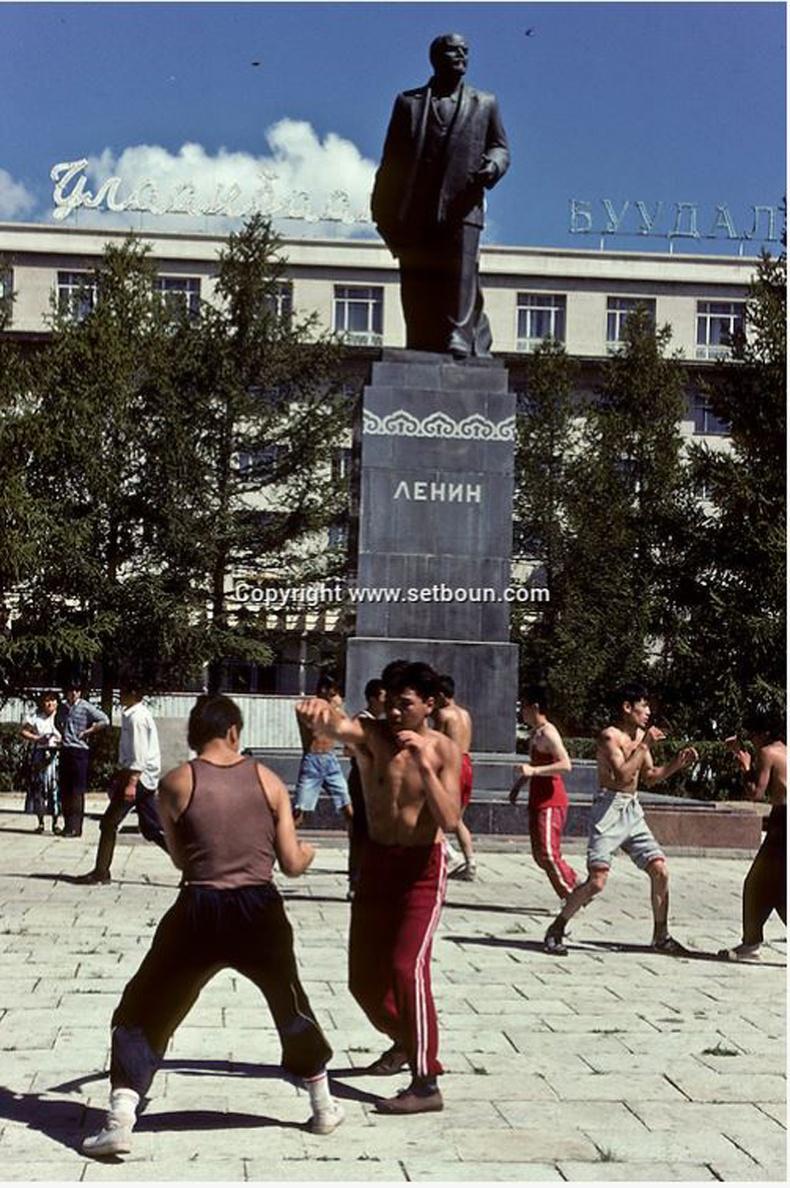 Боксчид Улаанбаатар зочид буудлын урд бэлтгэл хийж байгаа нь, 1990