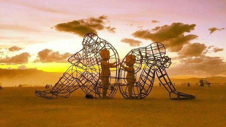 """""""Burning Man"""" фестивалийн үеэр дэлгэгдсэн гүн утга санаа бүхий баримал"""