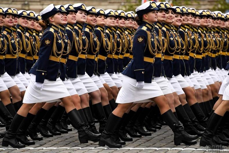 Оросын эмэгтэй албан хаагчид Ялалтын баярын парад дээр