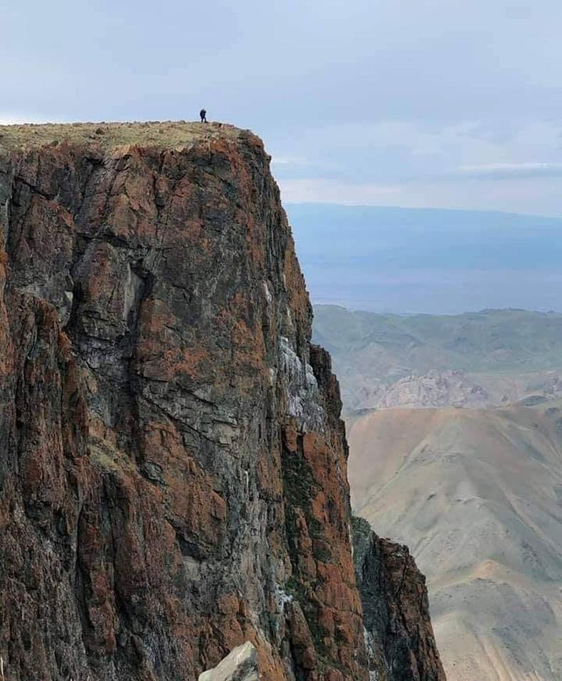 """Хар азаргын нурууны сүрлэг """"Элгэн"""" хад, Говь-Алтай аймгийн Халиун сум"""