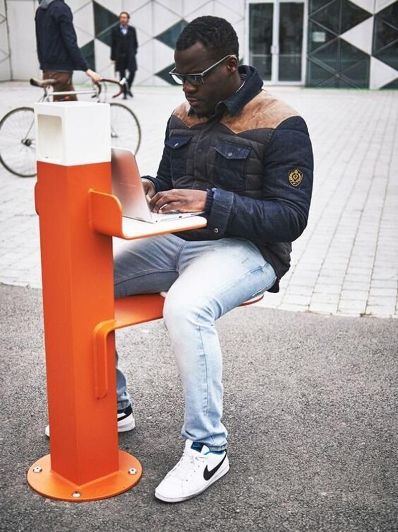 Цэнэглэгчтэй, WiFi-тай гудамжны сандал. Номын санд байгаа мэт тухалж болно