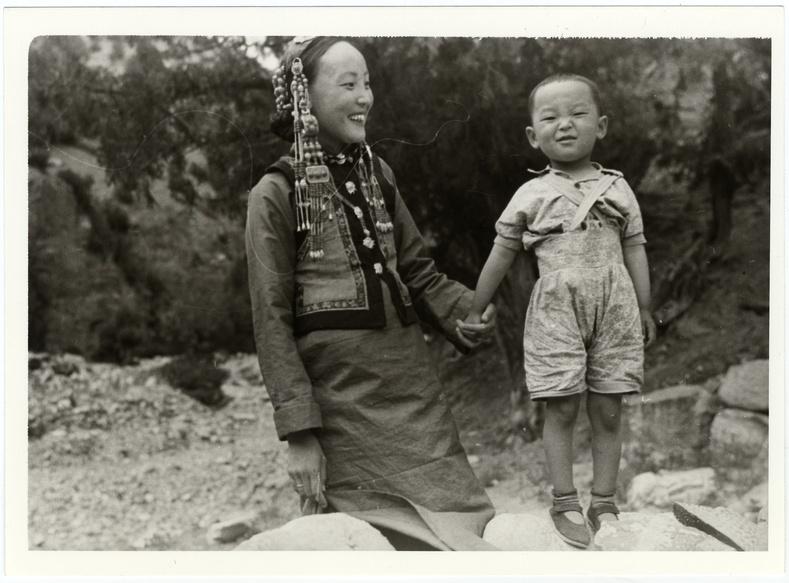Үзэмчин бүсгүй хүүгийн хамт, 1920-иод он