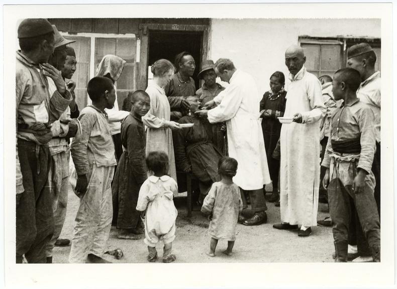 Барууны шүдний эмнэлэгт үзүүлэхээр ирсэн хүмүүс, 1918 он